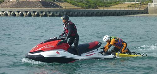 さらに、水上バイクに乗り佐渡トライアスロンの水上警備を行っています。また、災害救助訓練講習会(水難救助、瓦礫救助、ロープ救助)をコーディネイトしています。今後も皆様の健康だけではなく、生活の安全にも貢献できればと思っています。